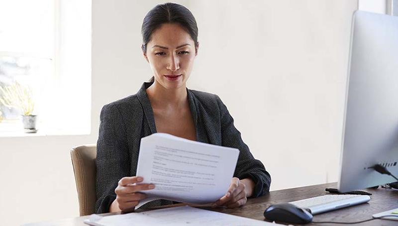 Девушка читает документы